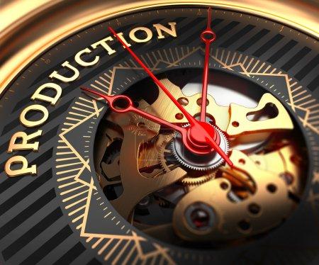 Photo pour Production sur Black-Golden Watch Face avec mécanisme de montre. Cadre complet Gros plan - image libre de droit
