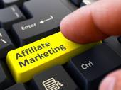 Affiliate-Marketing-Konzept. Person Klicken Sie auf Tastatur-Taste