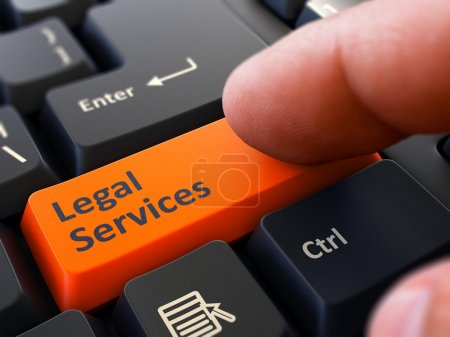 Photo pour L'utilisateur de l'ordinateur appuie sur le bouton orange Services juridiques sur le clavier noir. Vue rapprochée. Fond flou - image libre de droit