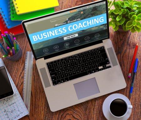 Photo pour Business Coaching sur écran d'ordinateur portable. Concept de travail de bureau - image libre de droit