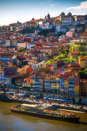 Photo pour Paysage urbain de Porto centre-ville touristique Ribeira et maisons traditionnelles - image libre de droit