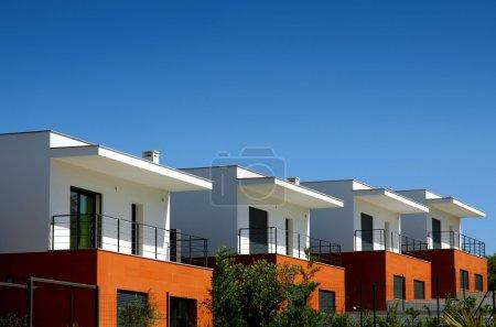 Photo pour Façades d'une copropriété maisons modernes dans une journée ensoleillée - image libre de droit