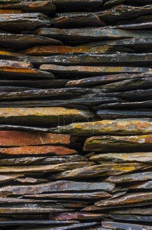 Photo pour Détail de fond de la maison rurale avec des lames de pierre schiste empilées - image libre de droit