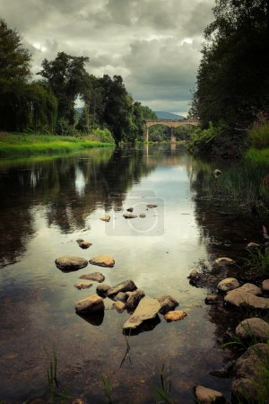 Photo pour Paysage rural portugais reculé avec vieux pont romain sur la rivière Alva - image libre de droit