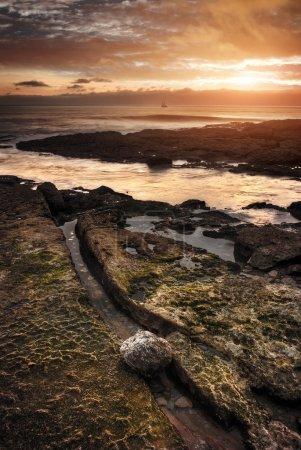 Photo pour Paysage marin de la côte portugaise au coucher du soleil - image libre de droit