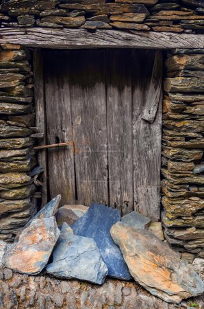 Photo pour Détail de la porte dans une vieille maison en pierre dans un village rural portugais éloigné - image libre de droit