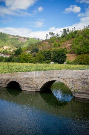 Photo pour Paysage rural isolé avec une rivière et un vieux pont romantique - image libre de droit