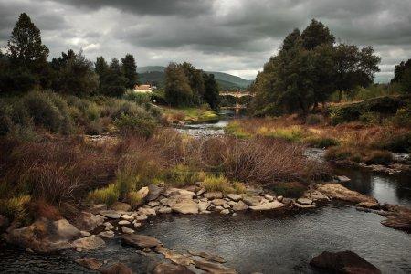 Photo pour Paysage rural portugais isolé avec une rivière et un vieux pont romain - image libre de droit