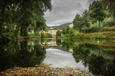 Photo pour Paysage d'une rivière et ancien pont romain au Portugal - image libre de droit
