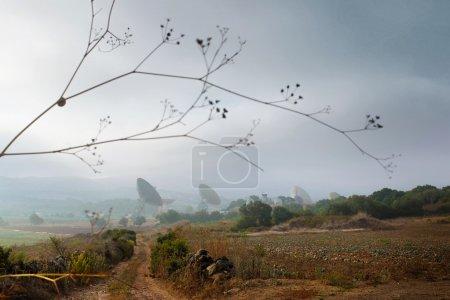 Photo pour Paysage avec un groupe de grandes antennes paraboliques et radars - image libre de droit