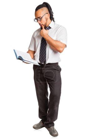Photo pour Étudiant fou avec livre isolé sur fond blanc - image libre de droit