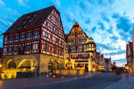 Photo pour Belle vue sur la ville historique de Rothenburg ob der Tauber, Franconie, Bavière, Allemagne au crépuscule - image libre de droit