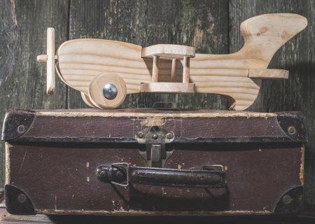 Photo pour Jouet pour enfants avion en bois. Style vintage . - image libre de droit
