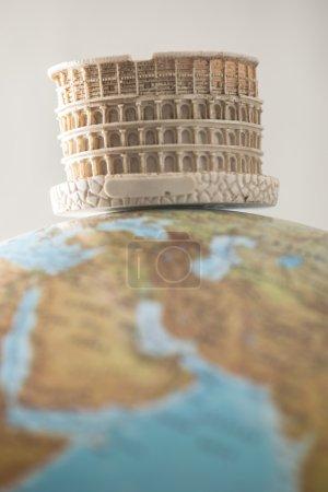 Colisée de Rome sur le globe