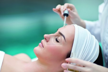 Photo pour Femme recevant un traitement spa - image libre de droit