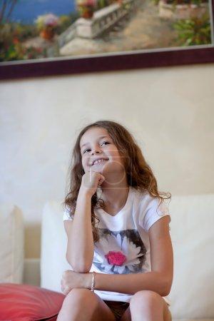 Photo pour Petite fille sourit à la caméra . - image libre de droit