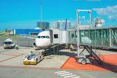 Údržba osobní letadlo na letišti před odletem
