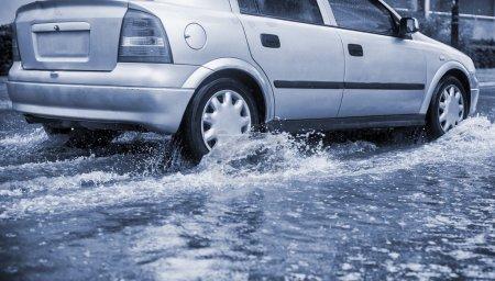 Photo pour Voiture lors de fortes pluies dans la ville . - image libre de droit