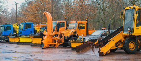Photo pour Les services routiers sont prêts pour l'hiver. Véhicules d'hiver . - image libre de droit