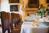 Spřežení tabulka s nádobí v moderní restauraci