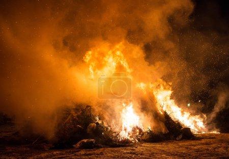 Photo pour Incinération des déchets. Brûlage des ordures et des vieux arbres . - image libre de droit