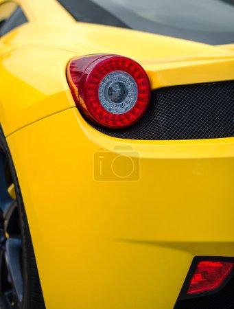Photo pour Vue rapprochée du feu arrière jaune de la voiture de sport . - image libre de droit
