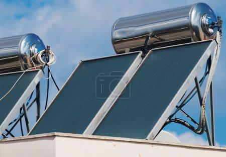 Photo pour Système sur les toits de chauffe-eau solaire. - image libre de droit
