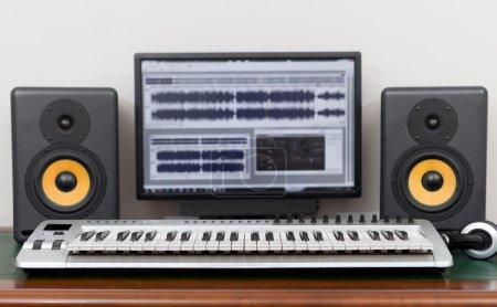 Photo pour Studio d'enregistrement à domicile avec moniteurs professionnels et clavier midi . - image libre de droit