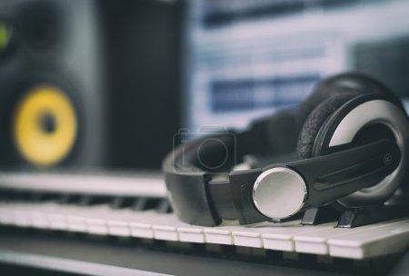 Photo pour Écouteurs audio. Studio d'enregistrement à domicile avec moniteurs professionnels et clavier midi . - image libre de droit