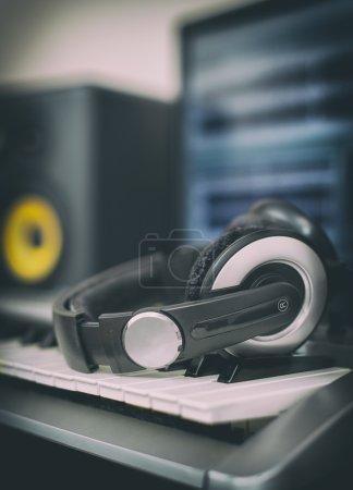 Audio słuchawki. Domowe studio nagran z profesjonalnych monitorów i midi-klawiatury.