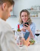 Mladý pár doma na večeři. Moderní vztahy