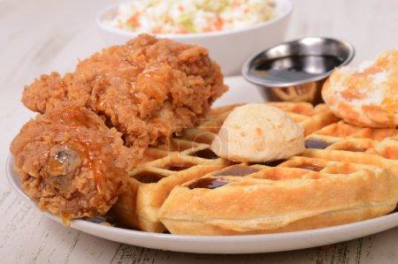 Photo pour Délicieux poulet et gaufres au beurre d'érable, miel et sirop d'érable - image libre de droit