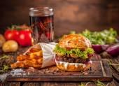 Čerstvé domácí hamburger na dřevo