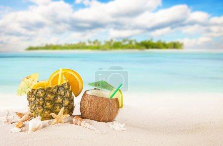 Foto de Playa tropical de arena con bebidas de la isla y el verano de Palma - Imagen libre de derechos