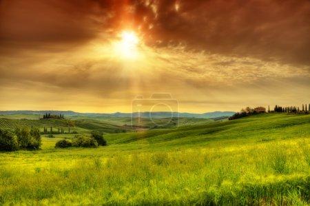 Hermoso paisaje de Toscana al amanecer
