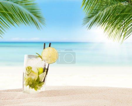 Photo pour Boisson de mojito d'été avec plage floue sur fond. Espace de copie pour le texte - image libre de droit