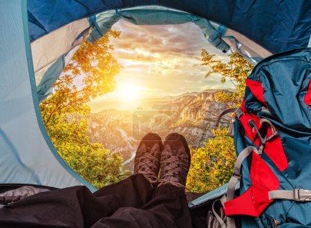 Photo pour Vue sur la tente sur un magnifique coucher de soleil dans les hautes montagnes - image libre de droit