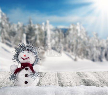 Photo pour Vacances d'hiver bonhomme de neige heureux avec paysage flou sur fond - image libre de droit