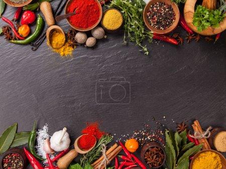Photo pour Diverses épices sur pierre noire prises de vue aérienne - image libre de droit
