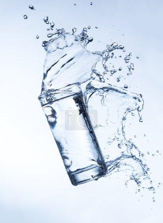 frisches Getränk mit plätscherndem Wasserstrahl