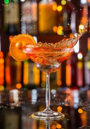 Photo pour Verre Martini servi sur comptoir avec des bouteilles de flou sur le fond - image libre de droit