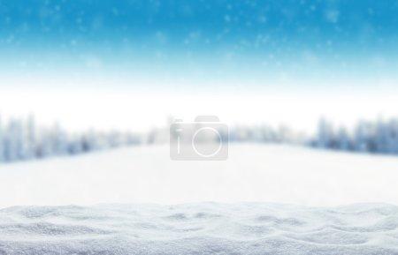 Photo pour Fond hivernal avec tas de neige et paysage flou. Espace de copie pour le texte - image libre de droit