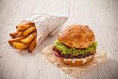 Domácí hamburger s hlávkovým salátem a sýrem