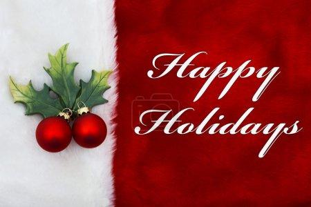 Photo pour Joyeuses Fêtes, Une peluche rouge bas avec un ornement de gui et des mots Joyeuses Fêtes - image libre de droit