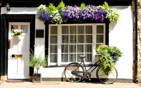 Photo pour Thème vintage avec vélo contre vieux chalet - image libre de droit