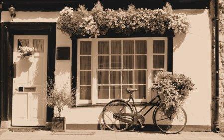 Photo pour Thème vintage avec bicyclette contre le vieux bâtiment - image libre de droit