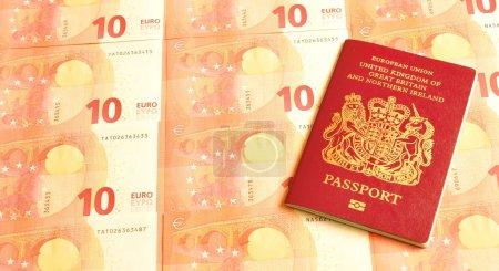 Photo pour Royaume-Uni au concept de zone euro avec les billets britanniques de passeport et euro - image libre de droit