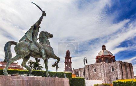 Photo pour Général Ignacio Allende Statue Plaza Civica San Miguel de Allende Mexique. Iglesia De Nuestra Señora De La Salud église générales qui le premier a mené la révolte contre l'Espagne en 1810 et considéré comme un héros de la guerre d'indépendance du Mexique - image libre de droit