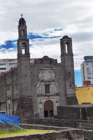 Photo pour Cathloic Church Plaza of the Three Cultures, Plaza de las Tres Culturas, ancienne ville aztèque de Tlatelolco, où les Aztèques ont organisé la dernière bataille contre Cortez à Mexico, au Mexique. Sacré Lieu des Aztèques qui deviendra plus tard le site de l'un des anciens - image libre de droit