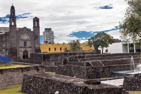 Photo pour Plaza of the Three Cultures, Plaza de las Tres Culturas, ancienne ville aztèque de Tlatelolco, où les Aztèques ont organisé la dernière bataille contre Cortez à Mexico, au Mexique. Lieu sacré des Aztèques qui deviendra plus tard le site de l'une des plus anciennes église - image libre de droit